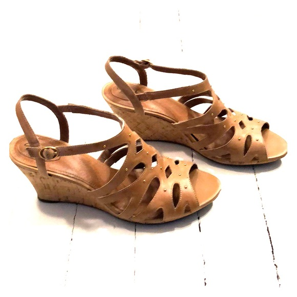 e00ec77c49d2 Clarks Shoes - Women s Clarks Artisan Wedge Sandal Size 12 Tan